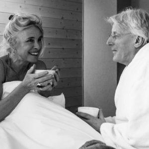 ouder koppel dat koffie in bed drinkt in de cosy suite van aplace / antwerp