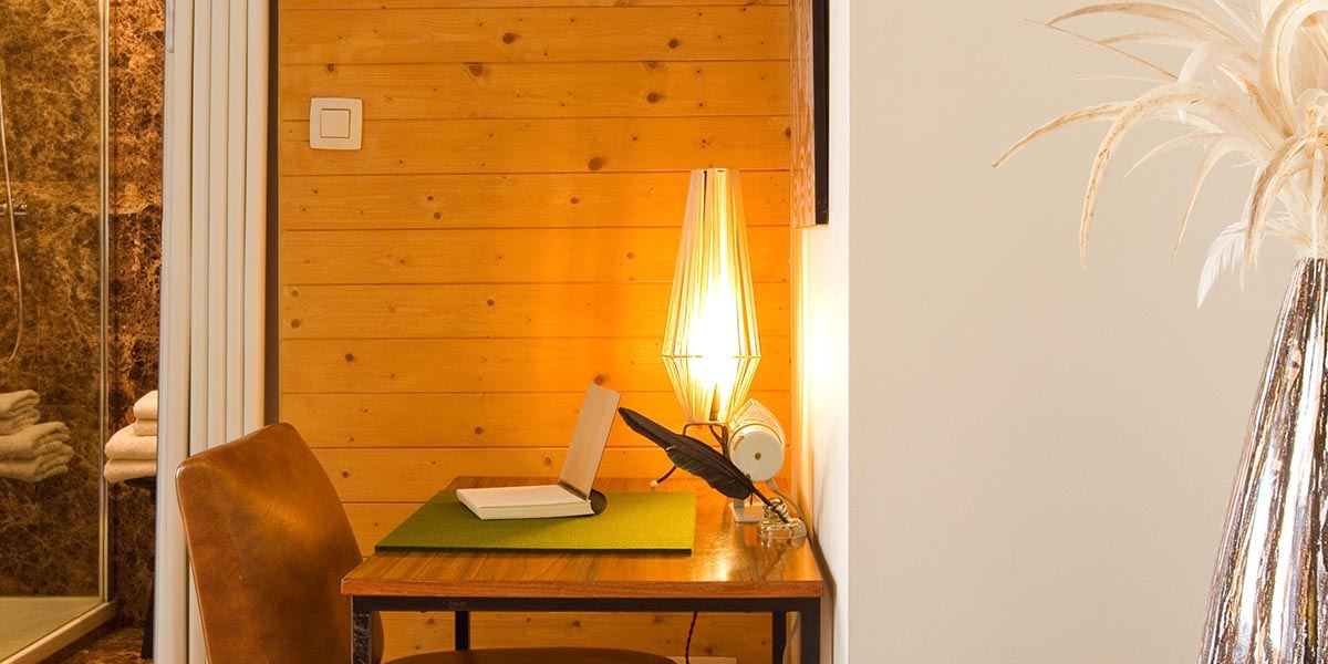 close-up van retro bureau en stoel met sfeer licht in de cosy suite van aplace / antwerp