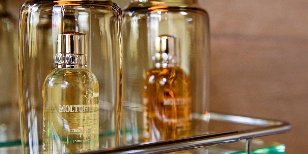 molton douche producten in de badkamer van de cosy suite van aplace antwerp