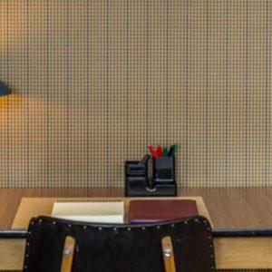 bureau met stoel en lamp in bohemian chic – stijl in de eerste verdieping flat van aplace antwerp