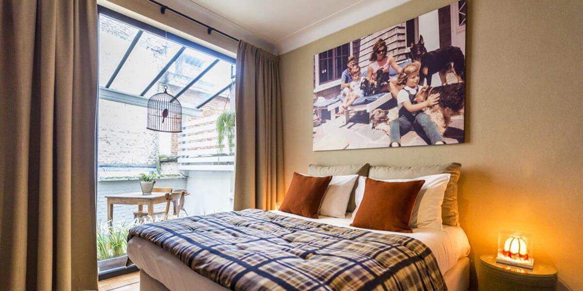 rustige slaapkamer op de eerste verdieping flat van aplace antwerp met gezellig bed grenzend aan een overdekt terras