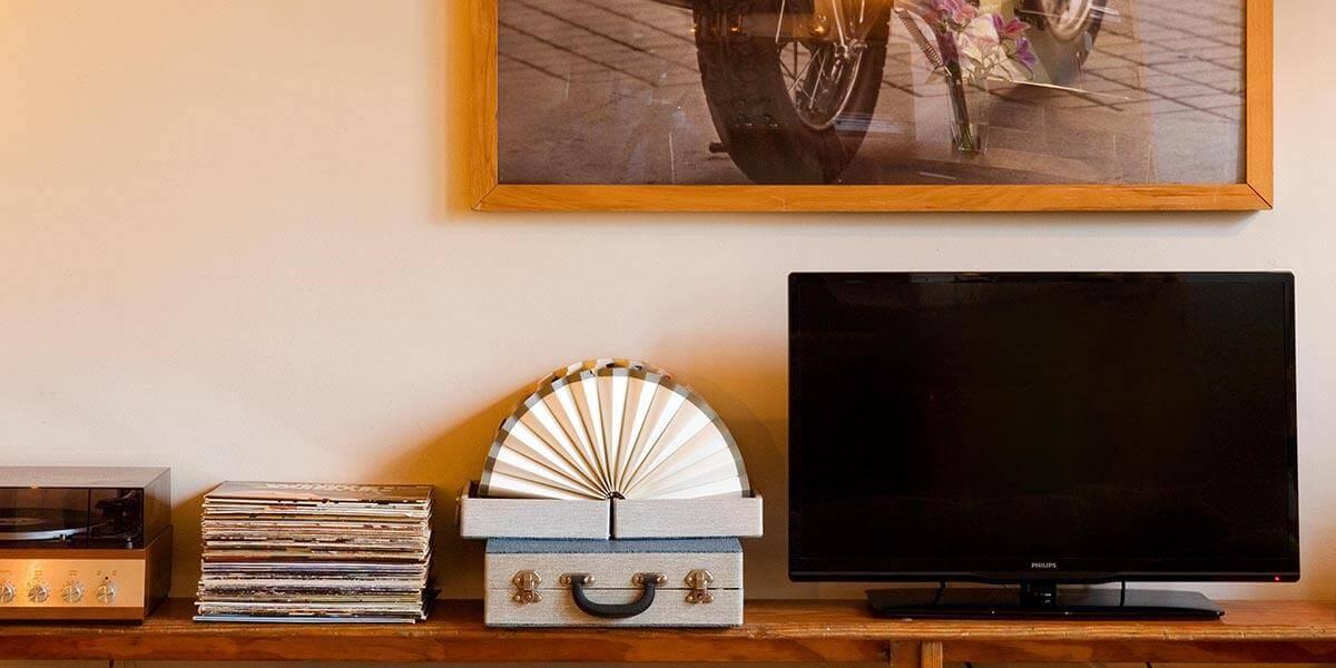 beeld van tv, platenspeler en platen in de eerste verdieping flat van aplace antwerp