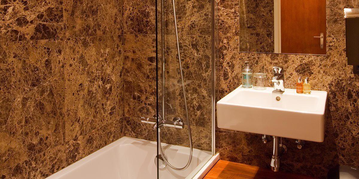 badkamer van de eerste verdieping flat van aplace antwerp met bad en gootsteen