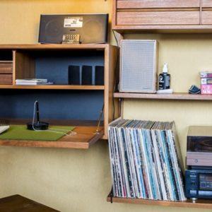 bureau in bohemien chic stijl in de derde verdieping flat van aplace antwerp met platenspeler en platen
