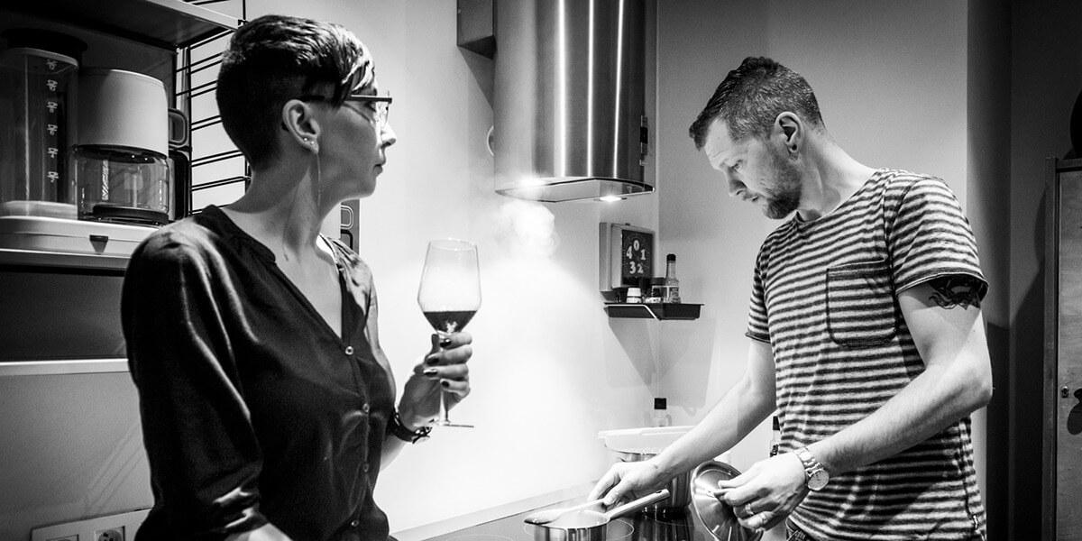 jong koppel aan het koken in de keuken van de derde verdieping flat van aplace antwerp