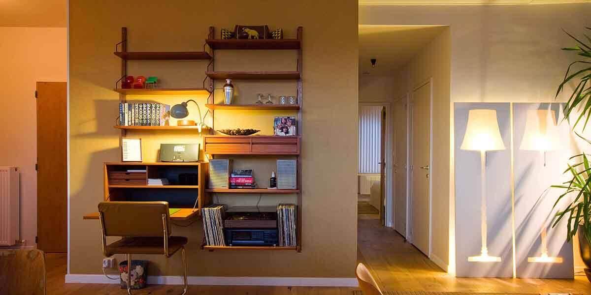 bureautje met planken in bohemien chic stijl met platenspeler in de derde verdieping flat van aplace antwerp