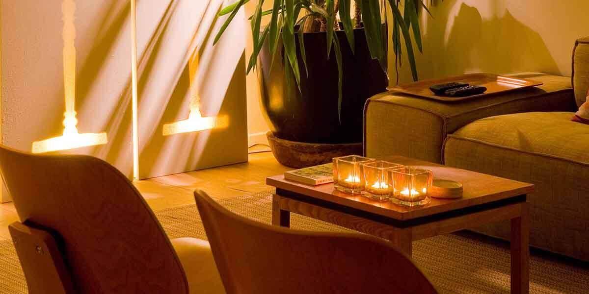 sfeerbeeld van derde verdieping flat van aplace antwerp met kaarsjes in houdertjes op tafel