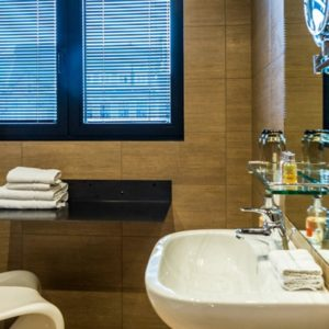 de badkamer met gootsteen in de square view suite van aplace / antwerp