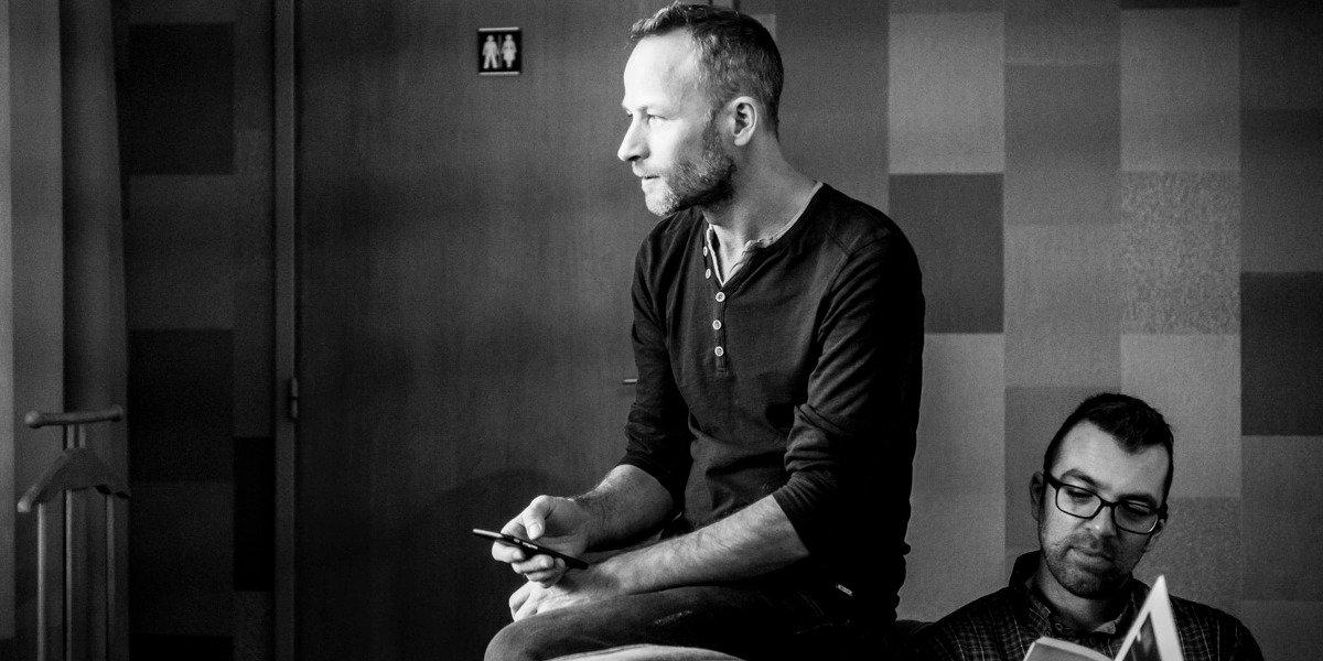 zwart wit foto van twee mannen die op de bank zitten in de square view suite van aplace / antwerp