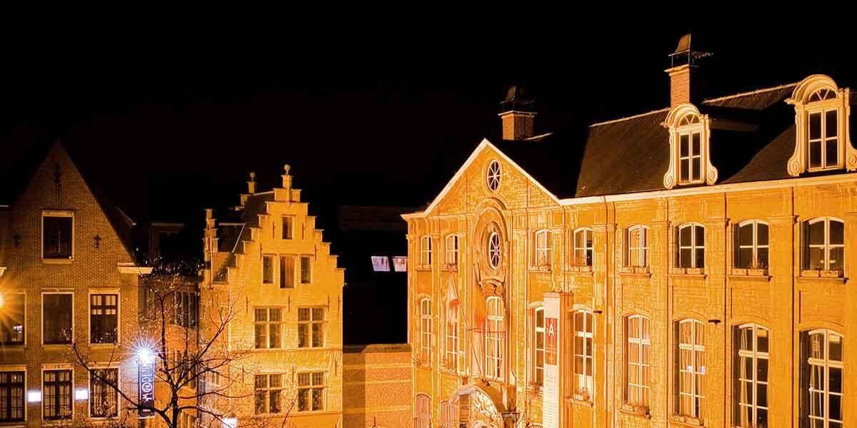 uitzicht vanaf de square view suite van aplace antwerp op de voorgevel van Museum Plantin-Moretus op de Vrijdagsmarkt in het avondlicht