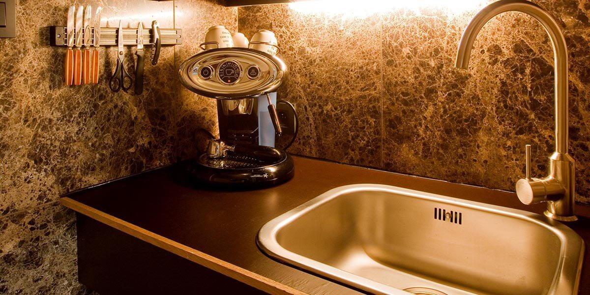 koffieapparaat en gootsteen in de keuken van de square view suite van aplace antwerp
