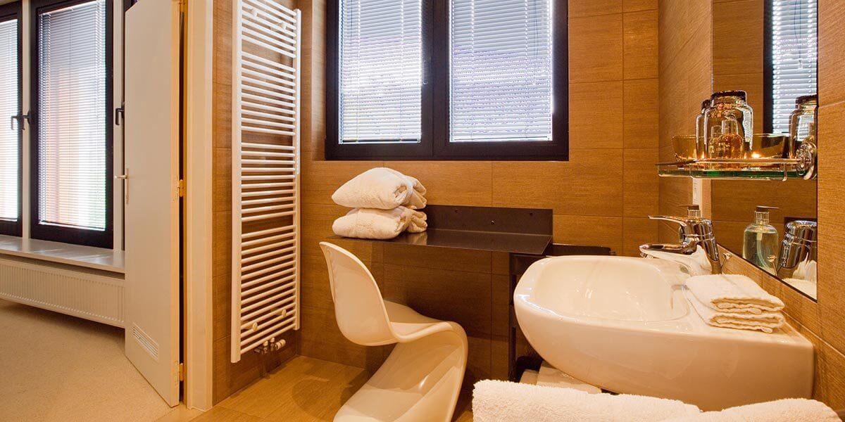badkamer met gootsteen en handdoekwarmer in de square view suite van aplace antwerp