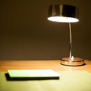 lamp op bureau in de square view suite van aplace