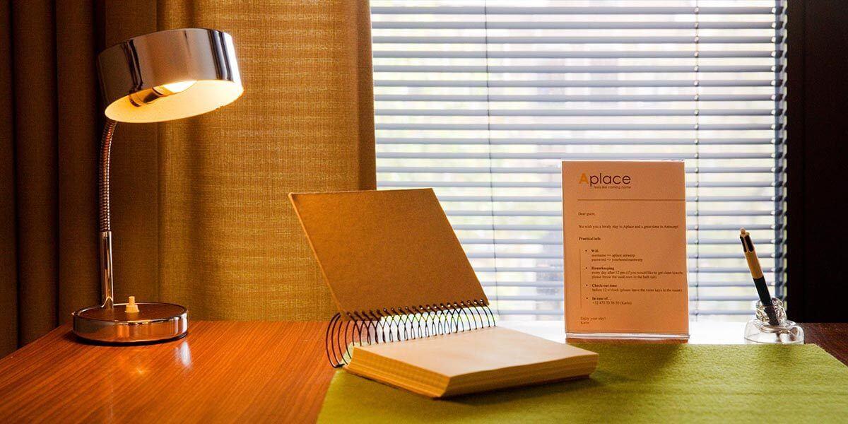 retro tafellamp op bureau met aantekenblok en pen
