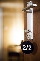 close-up van de deurklink met sleutel en sleutelhanger van de cosy suite van aplace antwerp