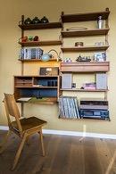 retro bureau met platen en platenspeler in de woonkamer van de flat van aplace antwerp