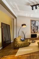Groene retro bank in de woonkamer van de Flat op de eerste verdieping van aplace/antwerp