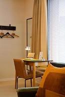 bureau met stoel in retro stijl in de square view suite van aplace antwerp