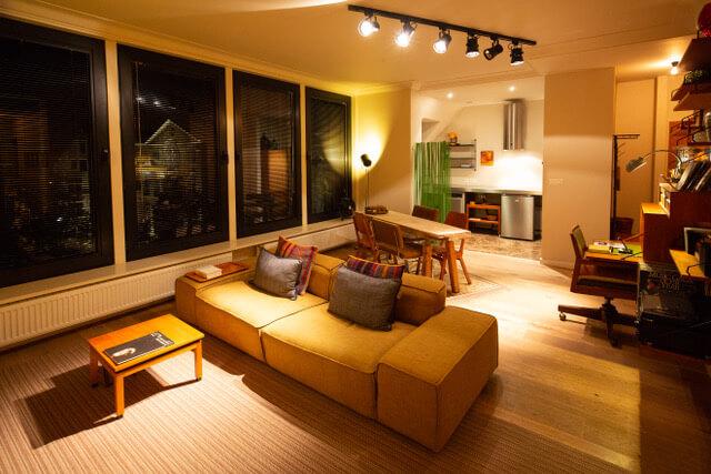 woonkamer in bohemien chic stijl in de flat op de derde verdieping van aplace antwerp